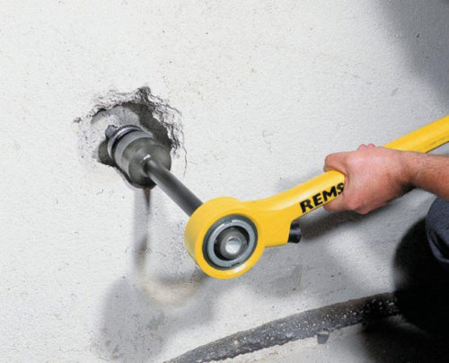переходник и клупп для нарезки резьбы в стене