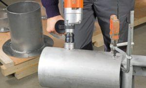 Сверление отверстия в стальной трубе коронкой по металлу