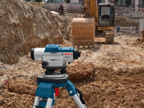 Лазерный нивелир в работе на открытой местности