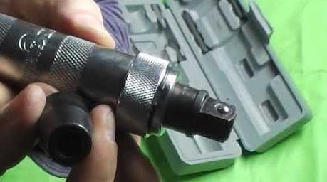Ударная отвёртка с насадкой для вывинчивания болтовых соединений
