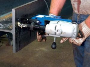 Ультрамобильная магнитная дрель в работе