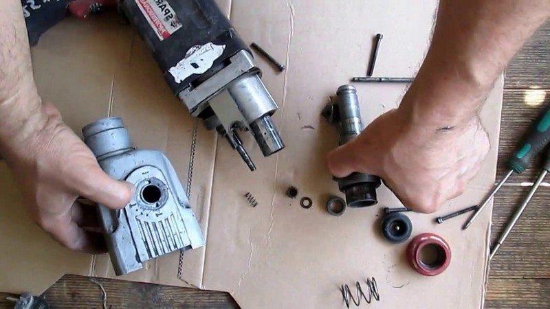 Снять корпус механической части перфоратора