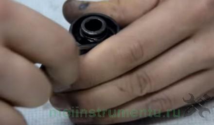 Демонтаж стопорного кольца пыльника патрона