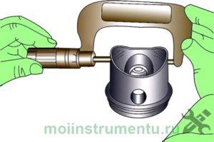 Измерение диаметра поршня микрометром