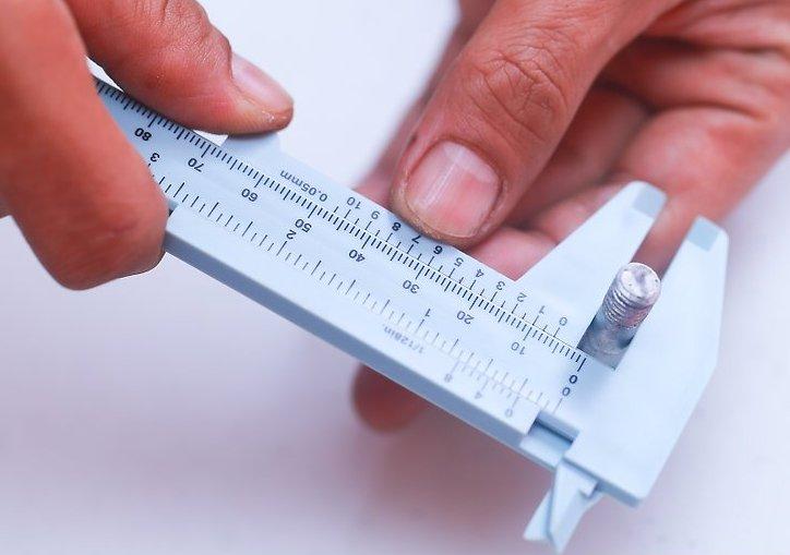 Измерение наружной поверхности штангенциркулем