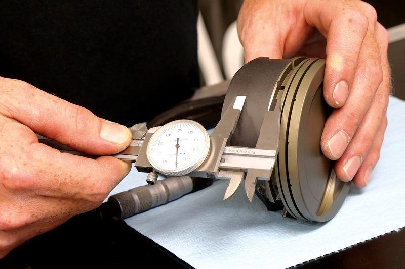 Измерение поршня штангенциркулем