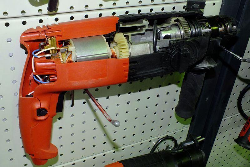 Перфоратор пистолетного типа в разрезе