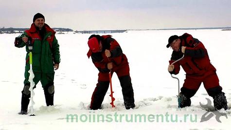 Сверление льда ледобуром