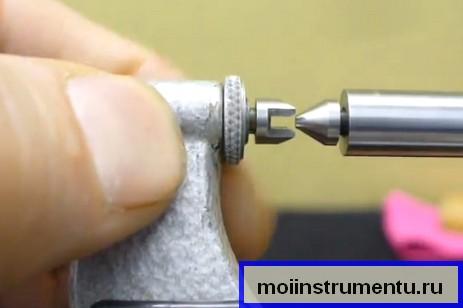 Совмещаем губки с насадками резьбового микрометра