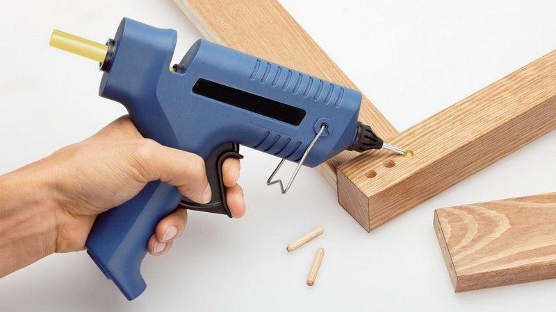 Как работать клеевым пистолетом