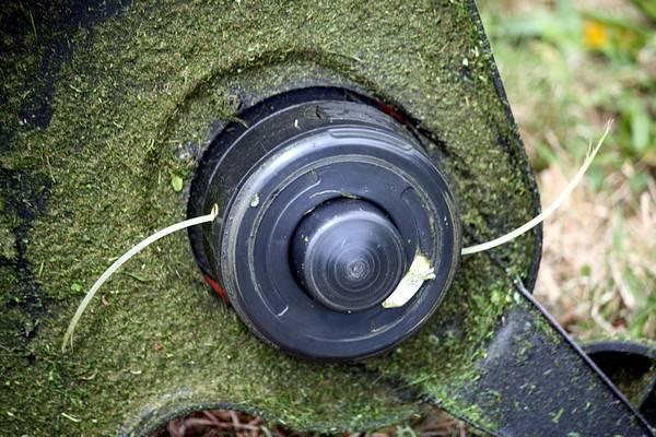 Принцип работы подачи лески на триммере