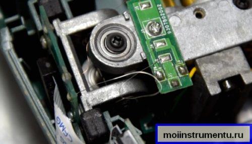 Ремонт лазерного уровня припаиваем провод на место