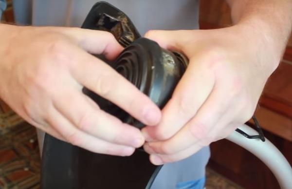 Снять крышку с головки триммера