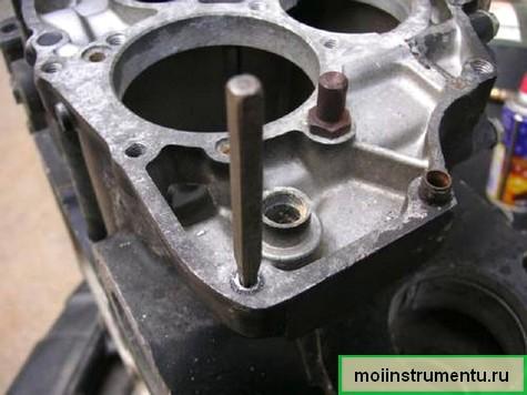 Выкрутить болт из блока двигателя экстрактором