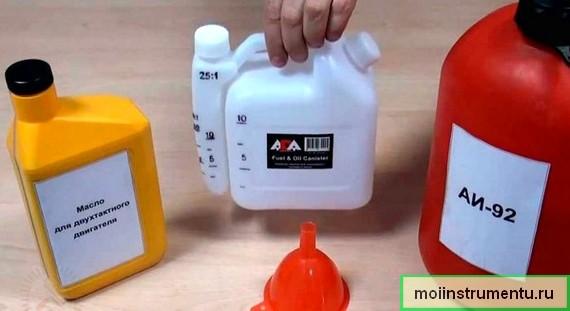 Смешать масло с бензином в бензокосу