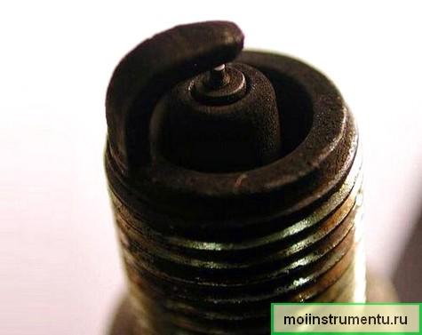 Черный нагар на свече зажигания не заводится бензопила