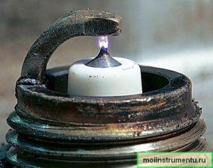 Искра на свече зажигания бензопилы