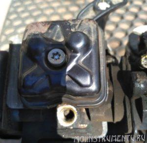 Крышка камеры клапанов на бензокосе