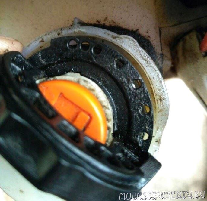 Обратный клапан на крышке бензокосы