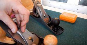 Фиксация ножа прижимной пластиной рубанка