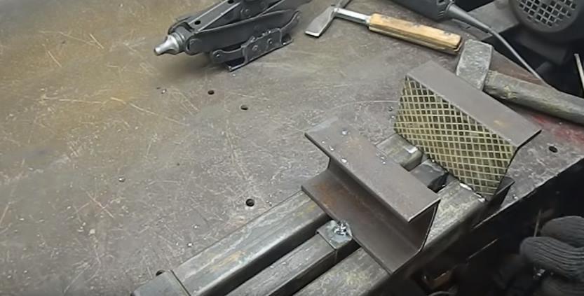 Приварить губки к основанию инструмента