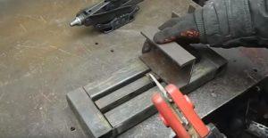 Приварить швеллер к подвижной части станины