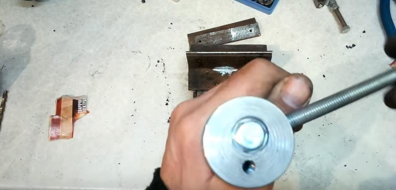 Просверлить отверстие для рукоятки