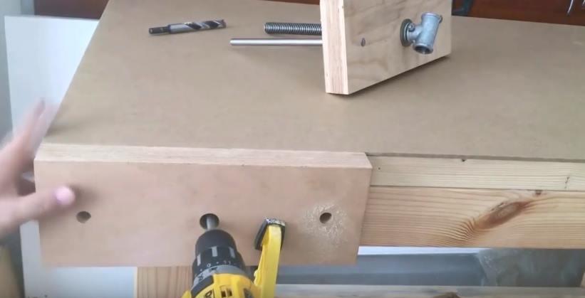 Просверлить отверстия в деревянном столе