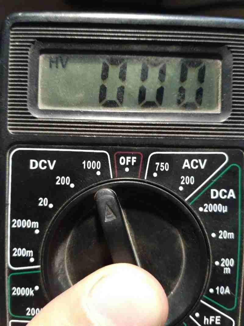 Включить режим измерения напряжения