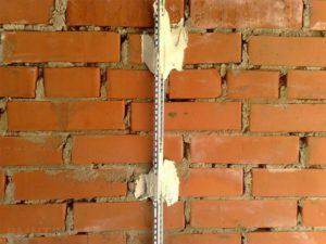 Монтаж маяков перед оштукатуриванием стен