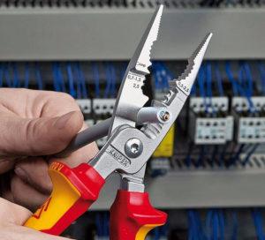 Перекусывание кабелей плоскогубцами